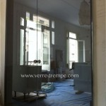 Porte-coulissante-en-verre-trempe-teinte-gris